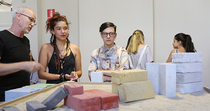 Estudiantes mirando proyectos del Summer Junior Course in Global Design in English