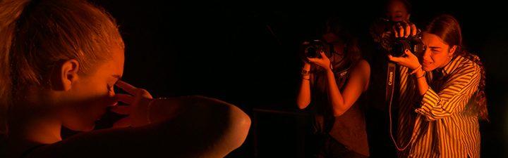 Estudiantes shooting con luces rojas en el Curso de Verano en Fotografía de Moda