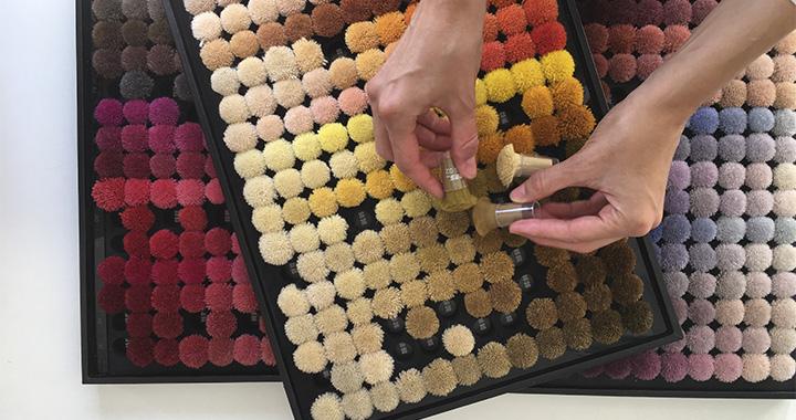 Estudiante del CSP en Color and Trim haciendo un esquema cromatico con texturas