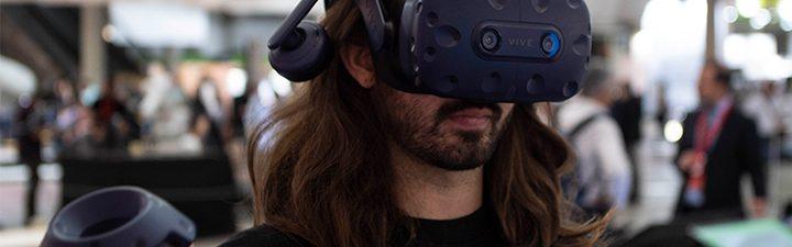Estudiante del Master en Design for Virtual Reality probando VR y AR en Construmat