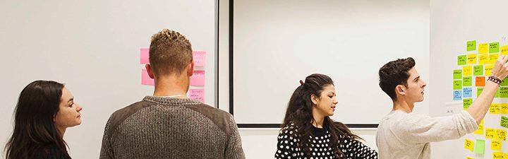 Alumnos haciendo storytelling y prototyping en el Master de Service Design