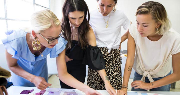 Estudiantes haciendo un estudio de branding y design del Master en Fashion Creative Direction